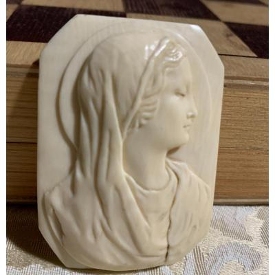 Cameo with profile of a saint. &nbsp;Late 19th century &nbsp;<br /> Cameo of great quality, with profile of a madonna or saint. &nbsp;Halo in the background. &nbsp;<br /> Italian manufacturing, probably Naples. &nbsp;<br /> Art nouveau era. &nbsp;<br /> Good conditions.