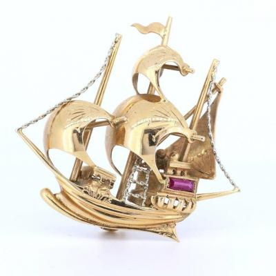 Vintage Sailing Ship-shaped Brooch In 18k Gold With Rubies