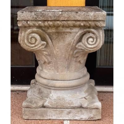 Chapiteau En Pierre Sculptée