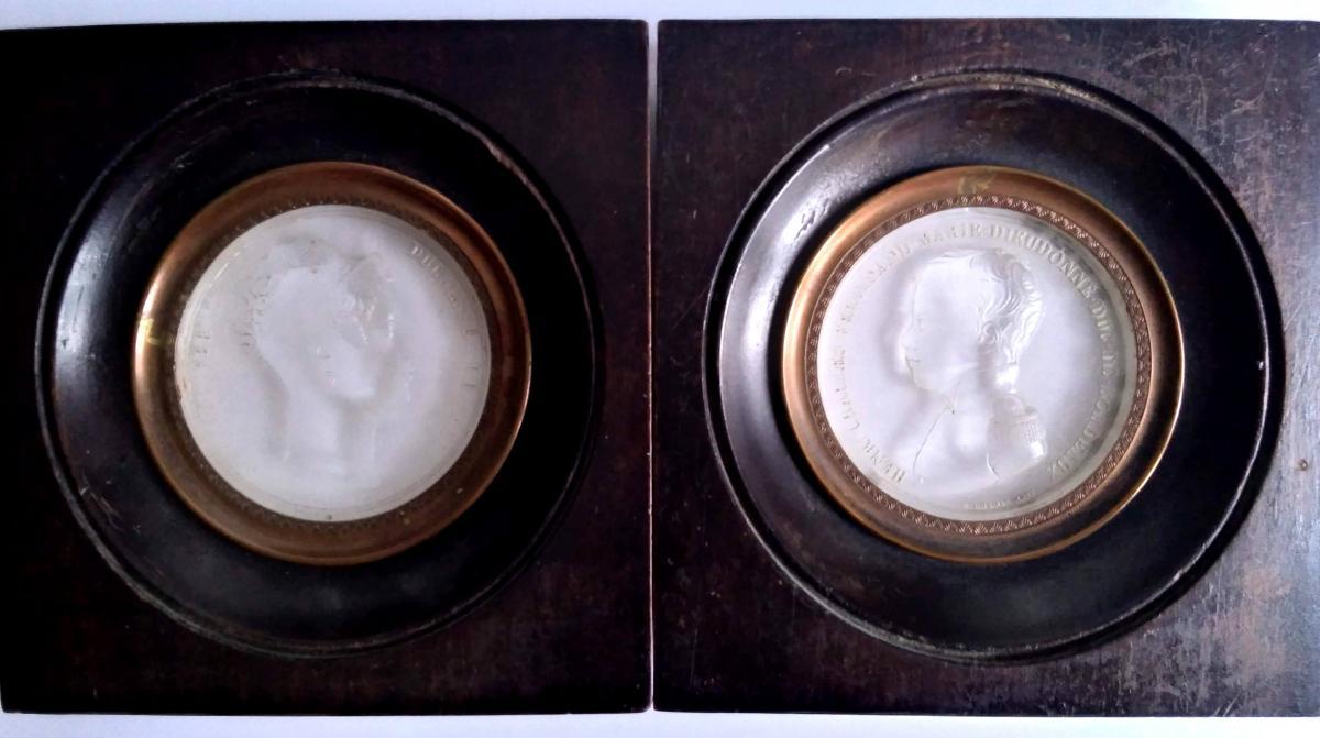 Paire De Miniatures Profils Signées En Cristal