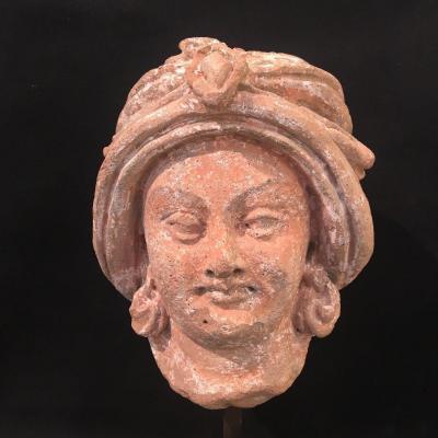 Tête de donateur au turban et paré de bijoux. Terre cuite Gandhara. Test d'authenticité fourni.
