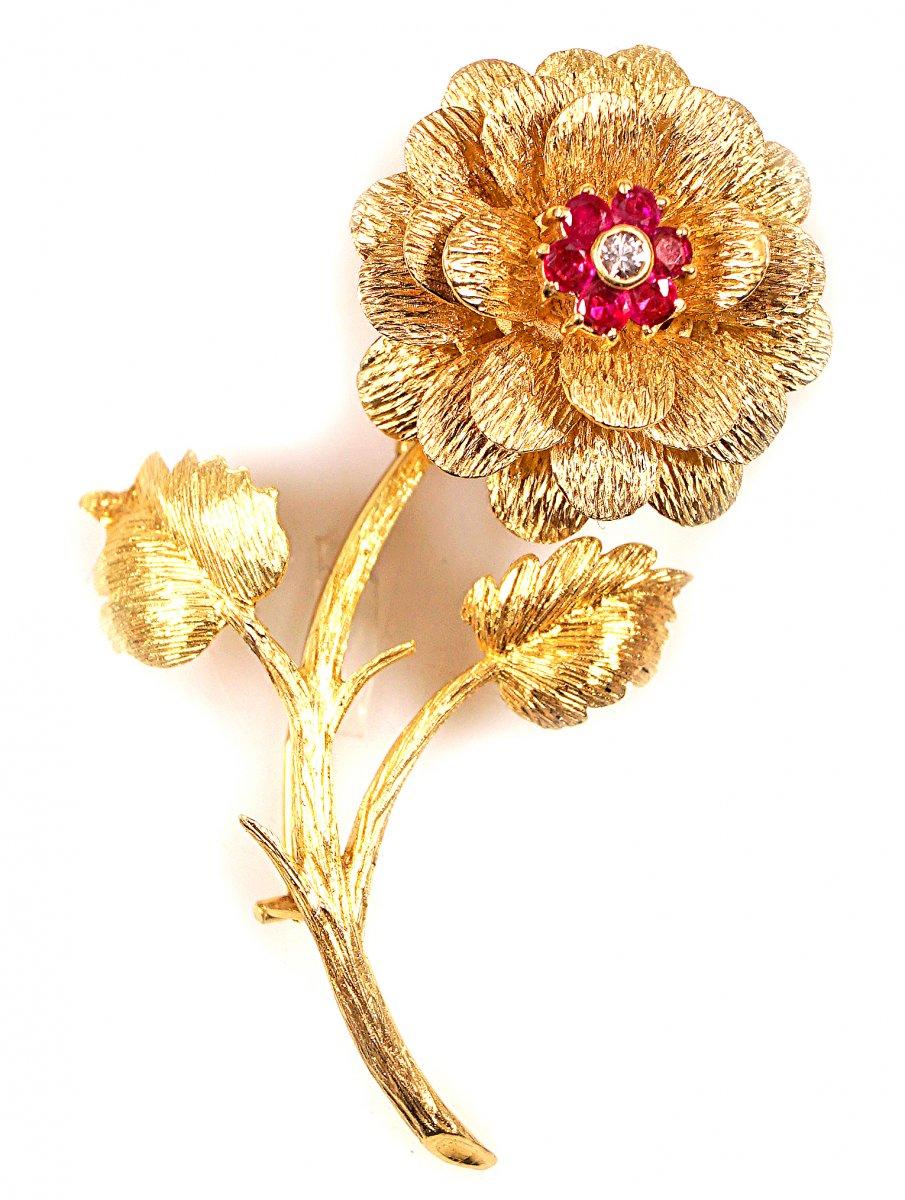 Or 18 Carats Broche En Forme De Fleur Orné Dde Diamants Et De Rubis