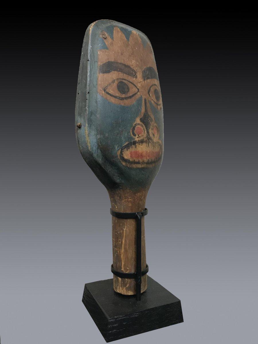 Hochet de chamane Haida, Colombie Britannique en bois polychrome à figure anthropomorphe-photo-1