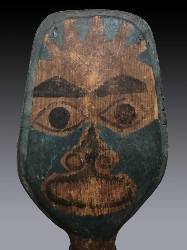 Hochet de chamane Haida, Colombie Britannique en bois polychrome à figure anthropomorphe-photo-2