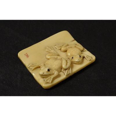 Netsuke Plaque Ivoire Sculpté Signé Tomokazu Grenouilles Japon Edo XIXè