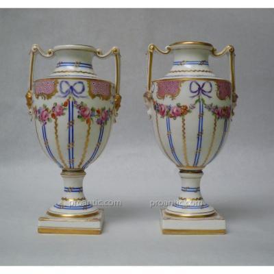 Paire De Vases Urnes En Porcelaine Polychrome, Dresde, Manufacture De Saxe, Epoque XIXème
