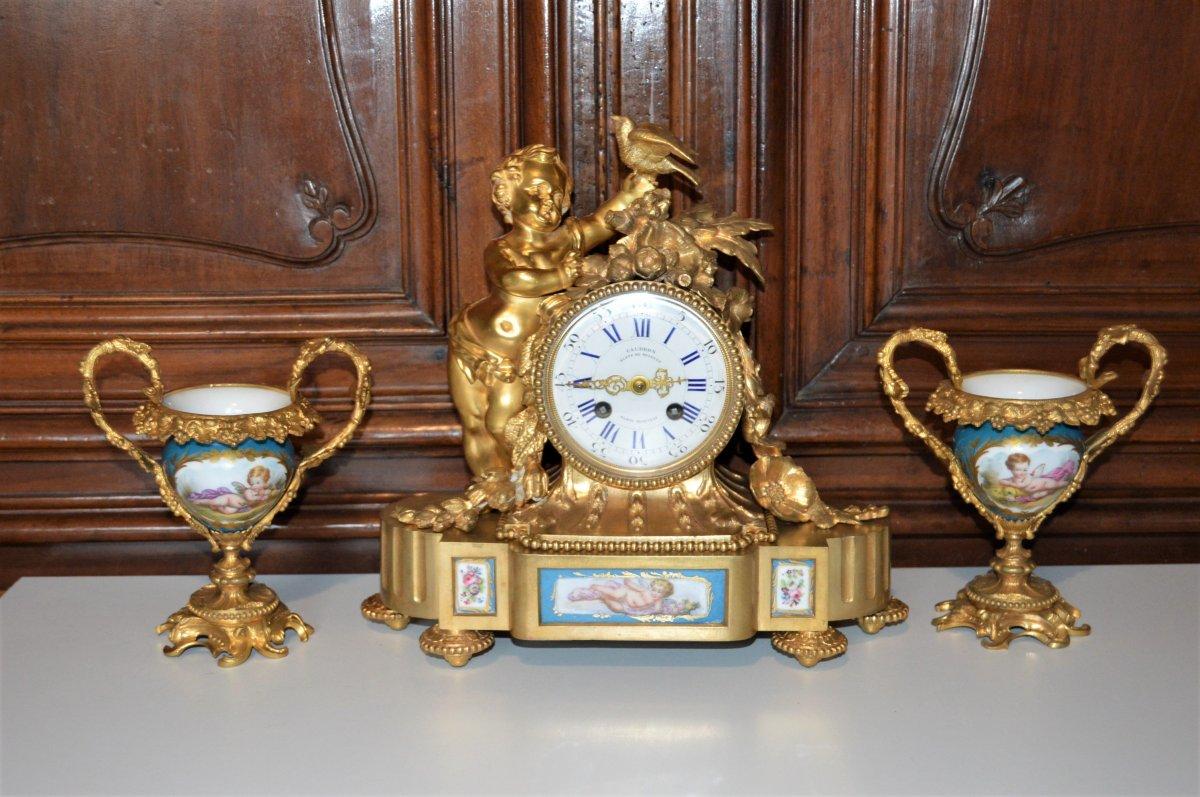 Pendule en bronze doré et vases en porcelaine de Sèvres