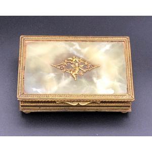 Boîte à timbres en bronze doré et onyx