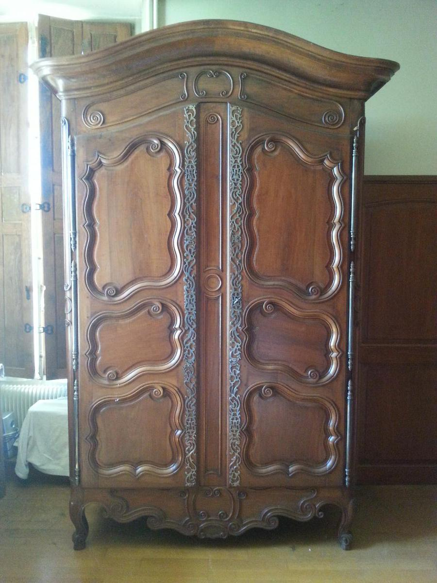 Cabinet. Walnut. Arles. 18th.