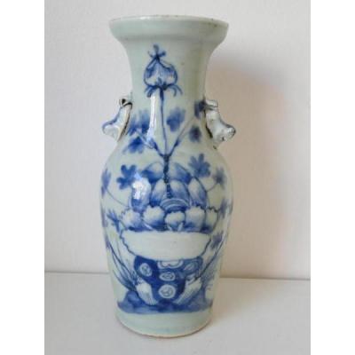 Vase Bleu Et Blanc Chine A Decor De Feuillages Ancien