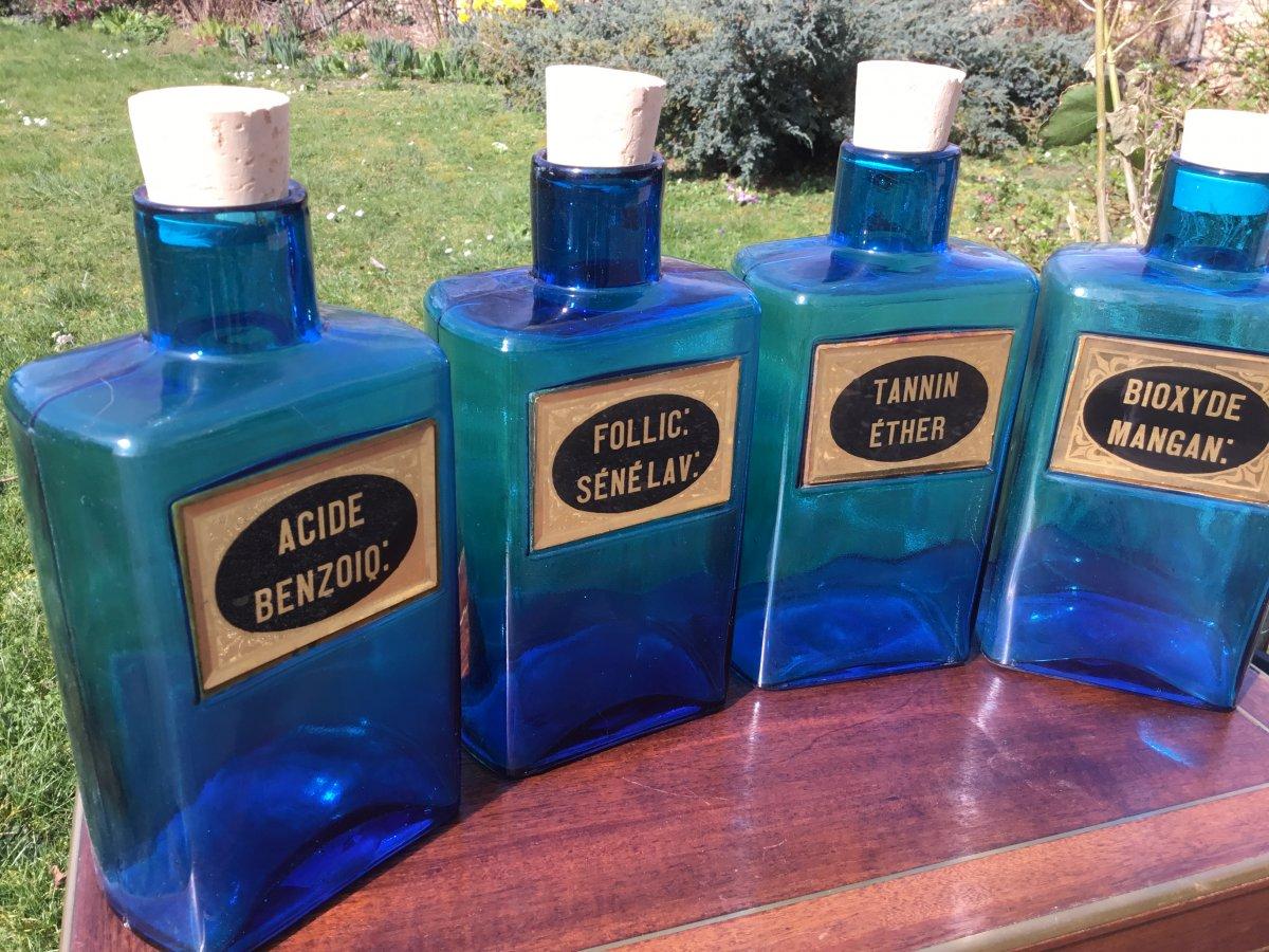 Le Flacon De Pharmacie En Verre Bleu , Vers 1900