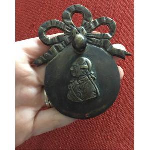 Bronze D'ameublement , Poignée De Tirage à L Effigie Louis XVI