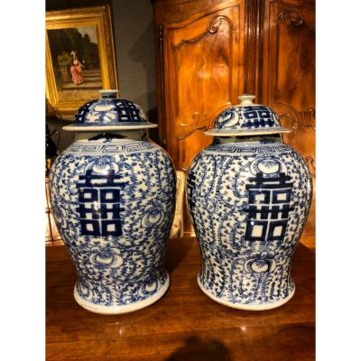 Chine XIX Eme : Paire De Pots Couverts En Porcelaine Blanc Et Bleu