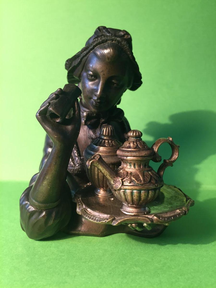Encrier en Bronze. Servante en Costume XVIIIème