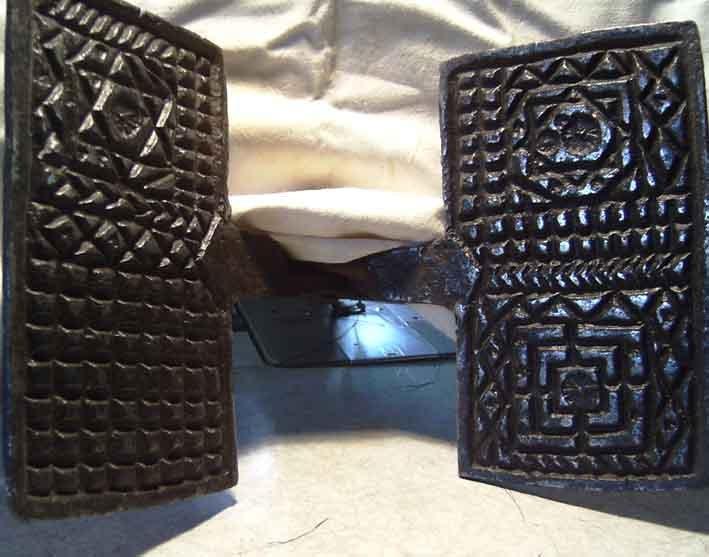 Moule à oublies (gauffrier) du XVIII éme  en fer forgé. Le sceau de Salomon et le Temple.