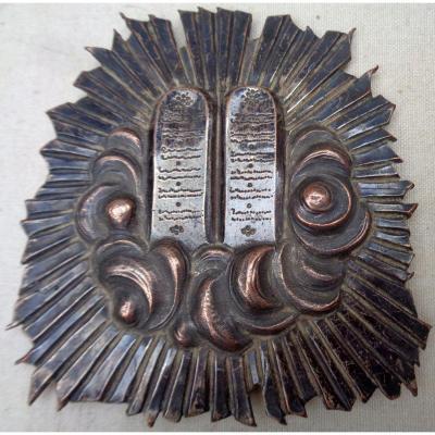 Plaque de baudrier, du XIXéme S, en cuivre argenté estampé représentant les Tables de la Loi