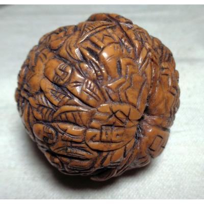 Une  noix chinoise de la fin du 19éme / début 20éme, joliment sculptée.