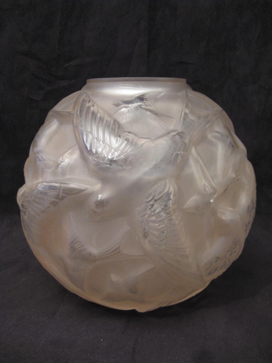 Vase boule en verre aux hirondelles époque Art Déco