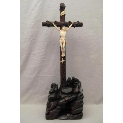 Crucifix en ivoire sculpté avec vanité époque XIX ème siècle