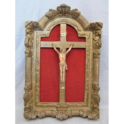 Crucifix ivoire avec son cadre époque Régence XVIII siècle
