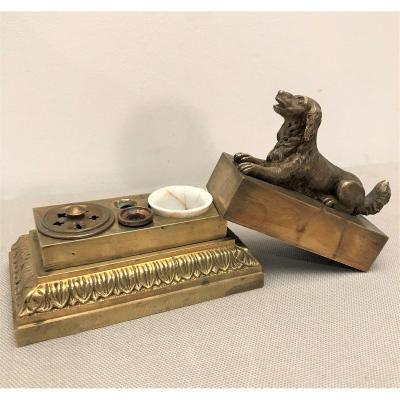 Encrier en bronze dissimulé sous un chien couché époque XIXème siècle
