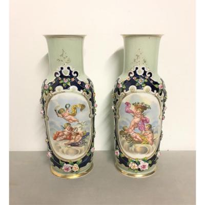 Paires de vases en porcelaine à décor d'anges XIXème siècle