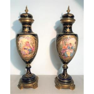 Paire de vases couverts en porcelaine de Sèvres époque XIXème siècle