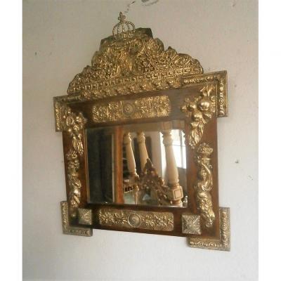 Miroir En Sapin Et Laiton Repoussé.