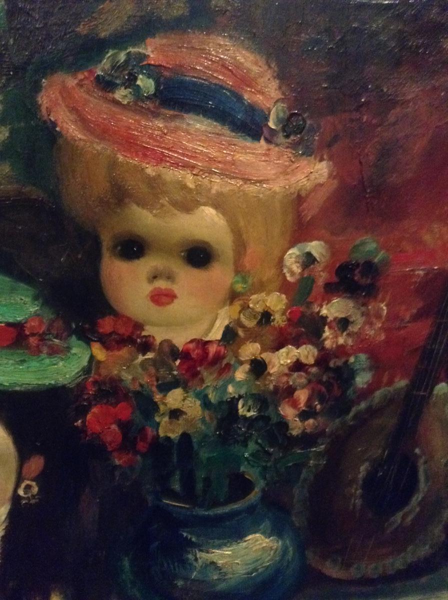 Poupée dans une boutique devant un tableau du Moulin Rouge-photo-3