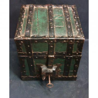 Coffre trésorier payeur bois cerclé de métal époque XVIIIème siècle