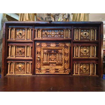 Cabinet BARGUENO en noyer époque première part  XVIIIe siècle