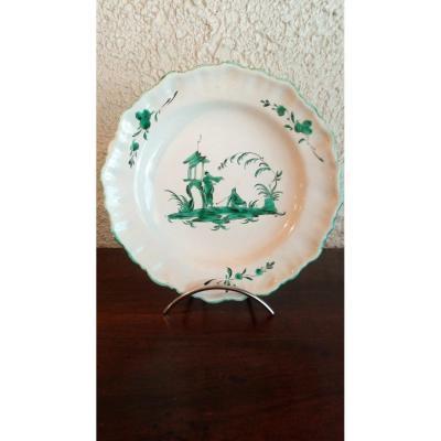 Assiette en faïence de Moustiers, époque 18è, décor aux chinois.
