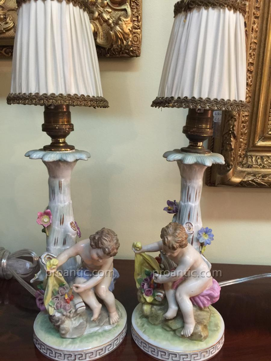 Paire De Lampes En Porcelaine à Décor d'Enfants