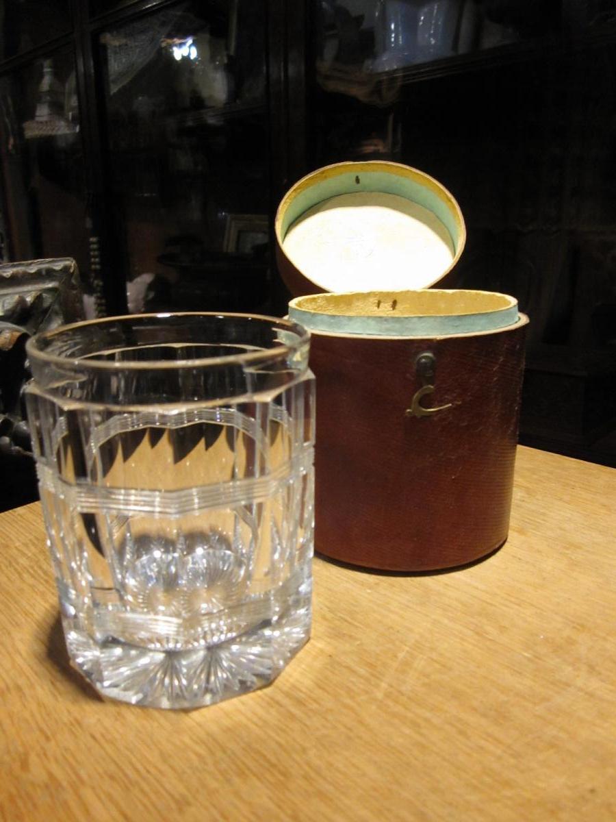 Gobelet En Cristal Taillé Dans Son étui En Bois Recouvert De Cuir .