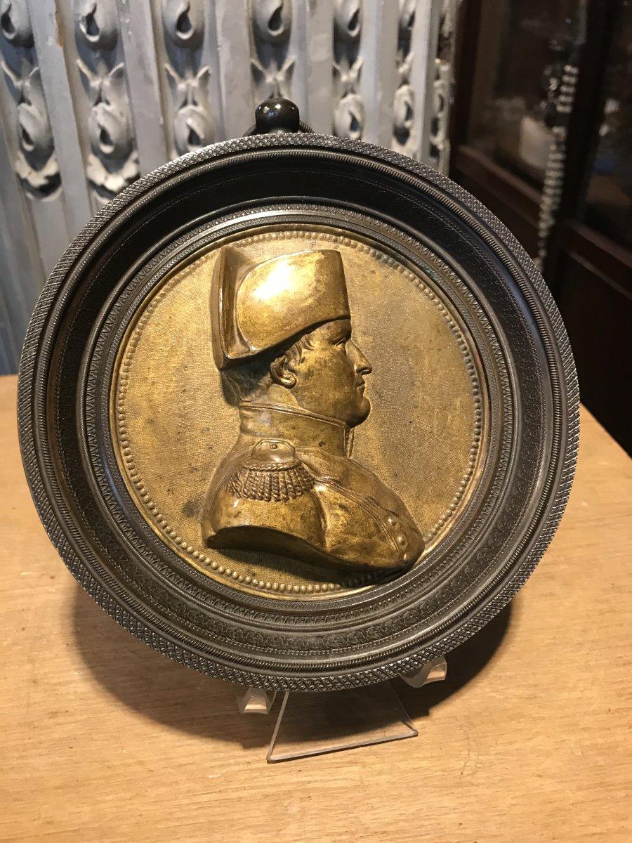 Médaillon En Métal Doré Figurant Le Profil De L'empereur.