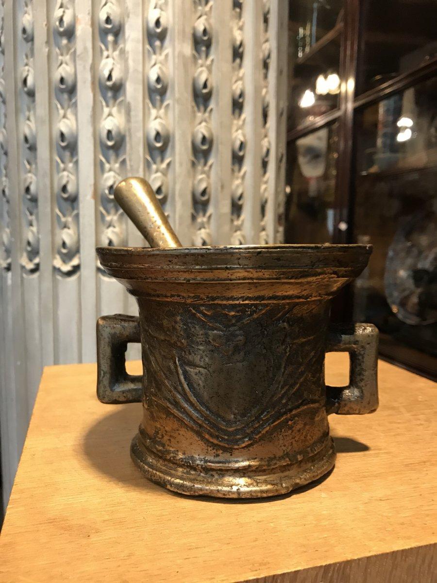 Mortier En Bronze Et Son Pilon Doté De Deux Anses.