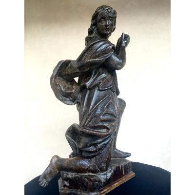 Statue De Saint En Prière