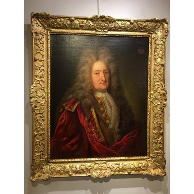 Large oil on canvas depicting a portrait of a gentleman, from the Louis XIV period.<br /> Wear a coat of arms in the upper right corner.<br /> Framed in a period frame of gilded wood.<br /> Oil on canvas in perfect condition (restoration of use and rentoilage), but to be reported many times to the gilding of the frame (visible in the photos).<br /> <br /> Out-of-frame dimensions: H 81 cm x L 64 cm.<br /> Dimensions with frame: H 101 cm x L 85.5 cm.