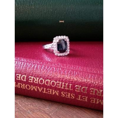 Bague En Or Gris, Saphir Entouré De 22 Diamants