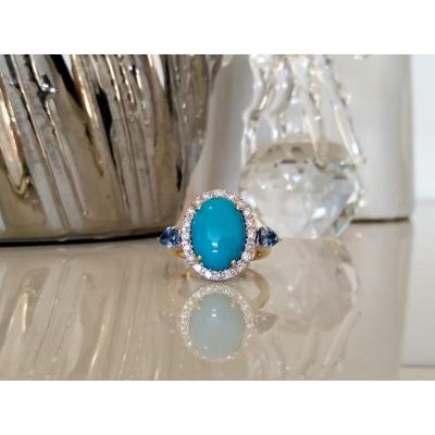 Bague En Or Sertie d'Un Cabochon Bleu Turquoise, De Diamants Et De Saphirs
