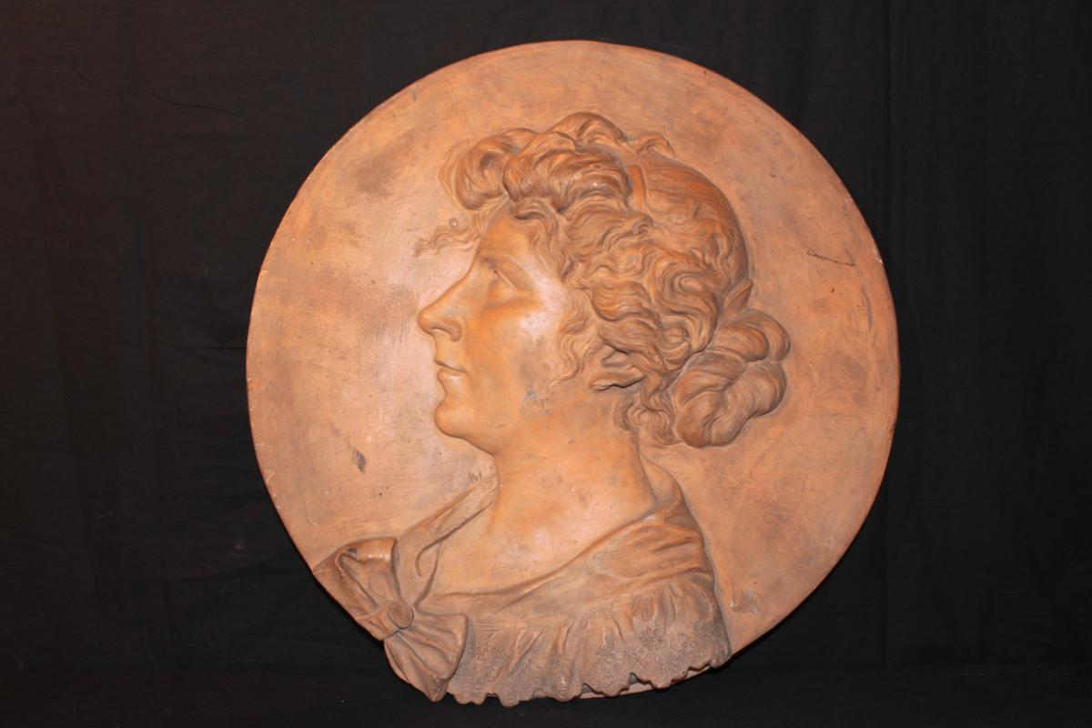 Woman In Profile On Medallion Terracotta - Hainglaise