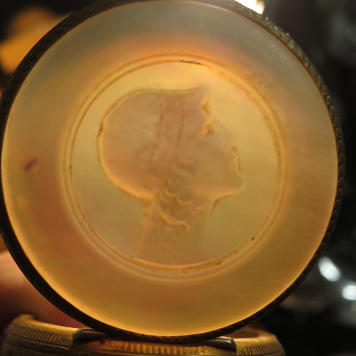 BOITE EN NACRE gravée et laiton XIXe profil de jeune homme Neoclassique