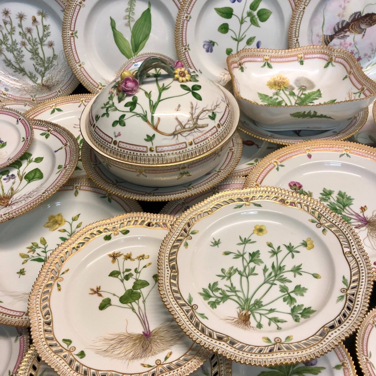 Royal Copenhagen 29 Service Pieces Flora Danica Porcelain In Very Good Condition Copenhage