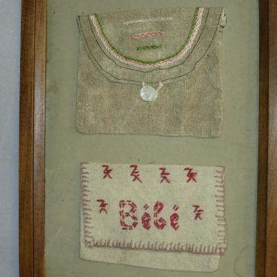 BEBE Travail de couture Art Populaire sous cadre 1900 bébé