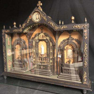 Important Paperolle XIXth 84 X74 Cm In Display Case In The Form Of 3 Chapels Reliquary Religion