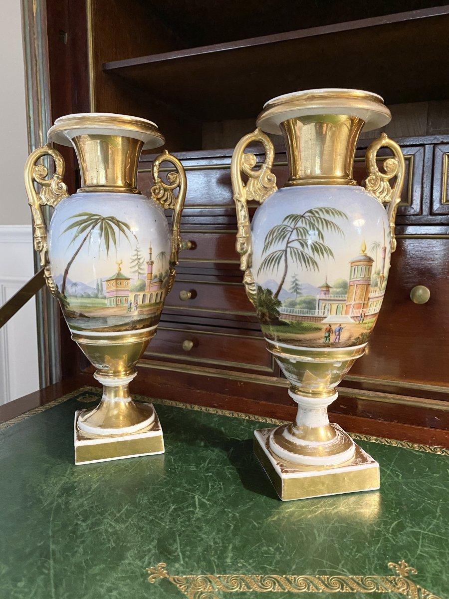 Paire De Vases D'époque Empire Restauration  En Porcelaine De Paris