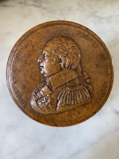 Tabatière En Buis Au Profil Du Roi Louis XVIII signée MORVILLER