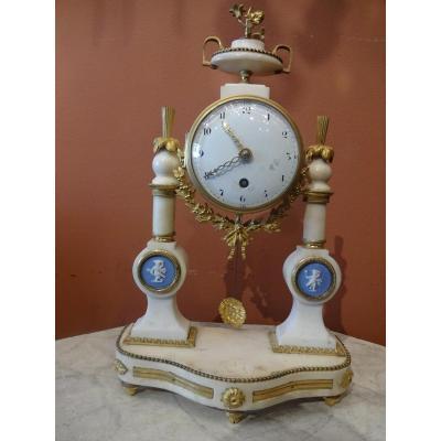 Pendule d'Epoque Louis XVI En Marbre Blanc Bronze Dore Et Plaquette En Biscauit Type Wedgwood