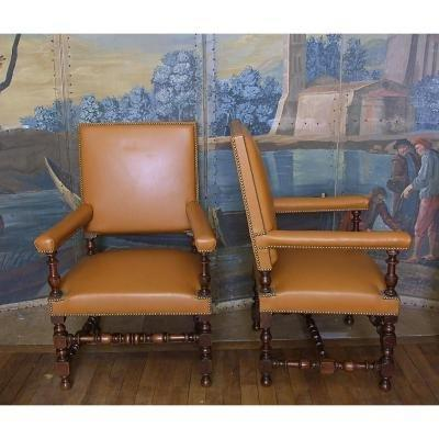 Pair of walnut armchairs, 17th century style, 19th . The padding es in very good condition; the cover in tan leather (very good condition) allows them to integrate modern interiors as well as ancient interiors.