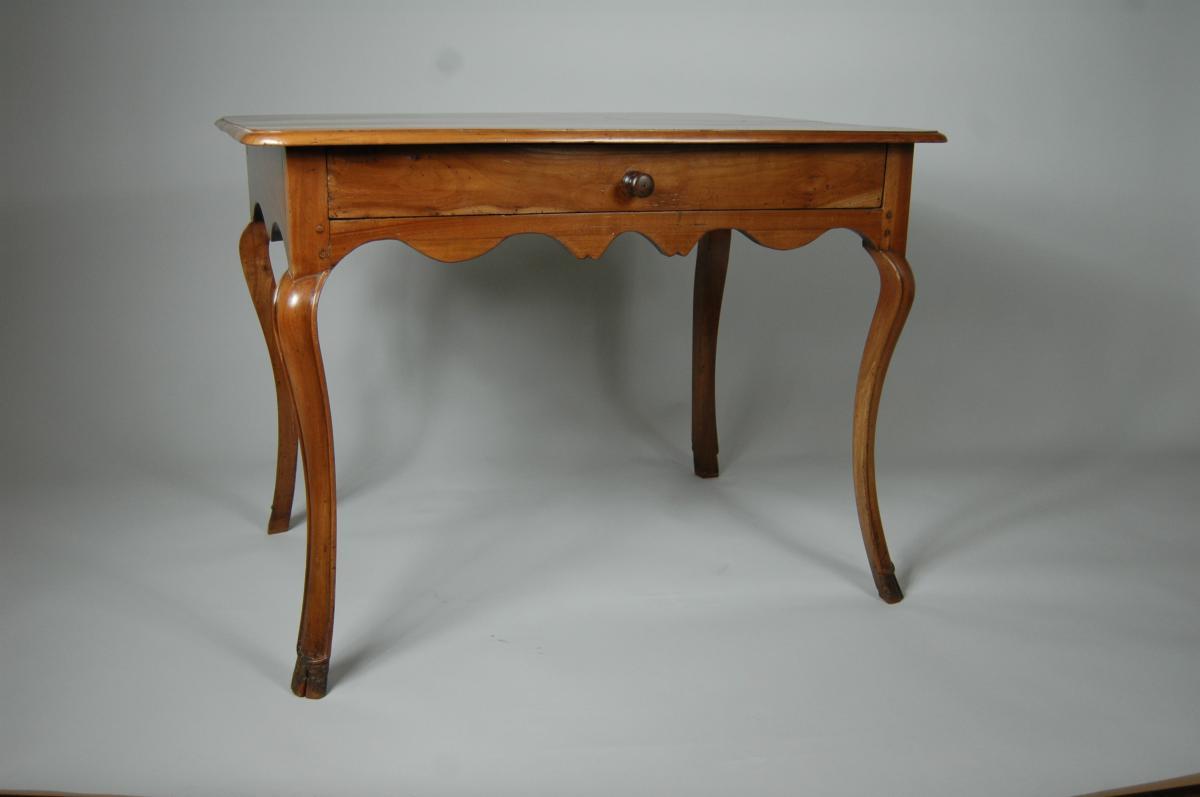 Table d'appoint Louis XV en merisier aux pieds largement cambrés.